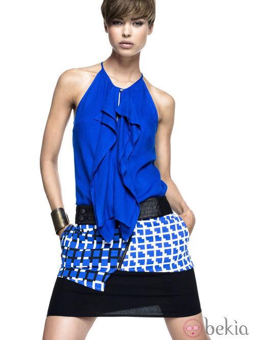 Blusa azul eléctrico y falda asimétrica de Sisley para primavera/verano 2014