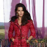 Adriana Lima con un abrigo estamapdo de la colección otoño/invierno 2014 de Desigual