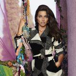 Adriana Lima con un abrigo black&white de la colección otoño/invierno 2014 de Desigual