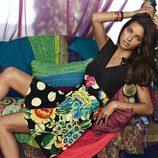 Adriana Lima posa con un vestido estampado de la colección otoño/invierno 2014 de Desigual