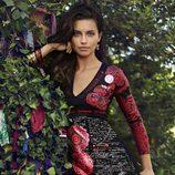 Adriana Lima con un vestido con letras de la colección otoño/invierno 2014 de Desigual