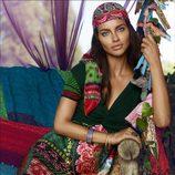 Adriana Lima con vestido y pañuelo a juego de la colección otoño/invierno 2014 de Desigual
