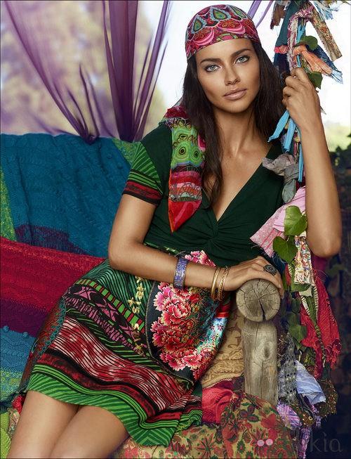 1900a5332b32 Adriana Lima con vestido y pañuelo a juego de la colección otoño/invierno 2014  de