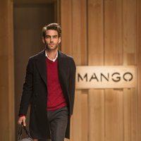 Jon Kortajarena desfilando para Mango 080 Barcelona Fashion otoño/invierno 2014