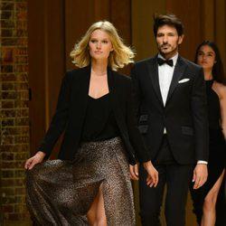 Toni Garrn y Andrés Velencoso desfilando para Mango 080 Barcelona Fashion otoño/invierno 2014