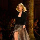 Toni Garrn desfilando para Mango 080 Barcelona Fashion otoño/invierno 2014