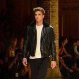 River Viiperi desfilando para Mango 080 Barcelona Fashion otoño/invierno 2014