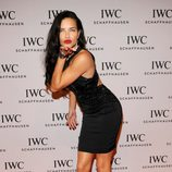 Adriana Lima sobria pero elegante