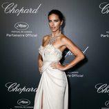 Adriana Lima con un elegante y vaporoso vestido