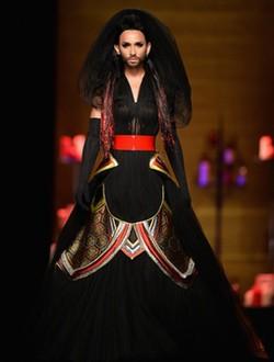 Conchita Wurst desfila para Jean Paul Gaultier