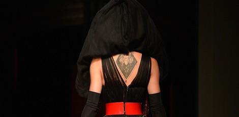 Parte trasera del vestido de Conchita Wurst en el desfile de Jean Paul Gaultier