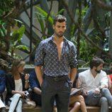 Camisa estampada y pantalón gris de Emidio Tucci para primavera/verano 2015