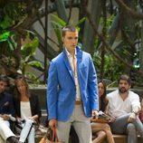 Chaqueta azul eléctrico y pantalones a rayas de Emidio Tucci para primavera/verano 2015
