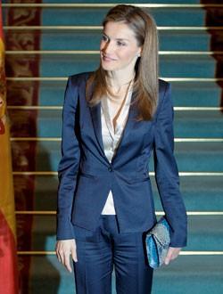 La Reina Letizia con un traje azul marino de Hugo Boss