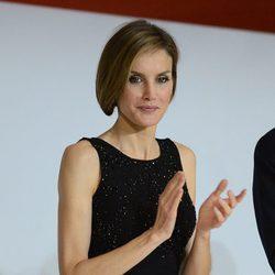 La Reina Letizia con un vestido lápiz negro con pedrería