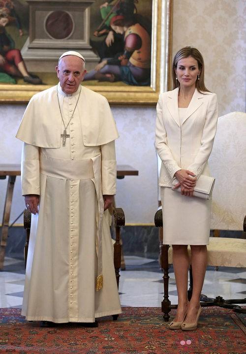 La Reina Letizia con un traje blanco junto al Papa Francisco