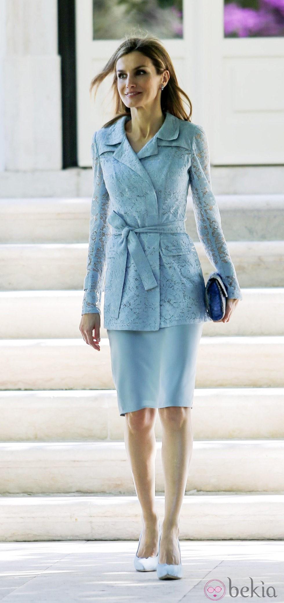 61216_reina-letizia-vestido-azul-chaqueta-encaje.jpg