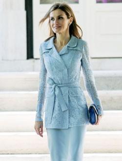 La Reina Letizia con vestido azul y chaqueta de encaje