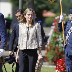 La Reina Letizia con pantalón de traje y chaqueta estilo chanel