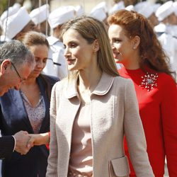 La Reina Letizia con un traje rosa empolvado y un abrigo en bouclette