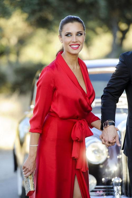 Pilar Rubio con un vestido bata rojo en la boda de René Ramos y Vania Millán