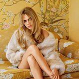 Cara Delevingne con abrigo de pelo y sandalias metalizadas de la colección otoño/invierno 2014 de Topshop