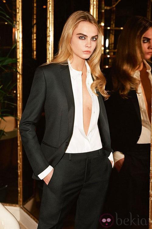 Cara Delevingne con esmoquin y blusa blanca de la colección otoño/invierno 2014 de Topshop