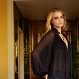 Cara Delevingne con botas mosqueteras y blusa con transparencias de la colección otoño/invierno 2014 de Topshop