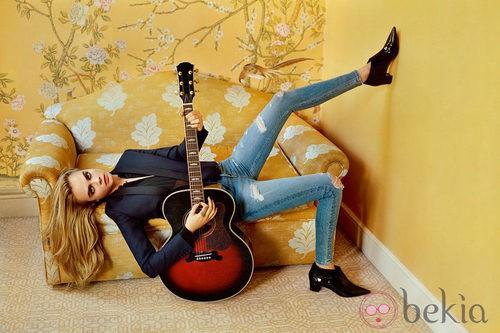 Cara Delevingne con jeans rotos, botines y blazer de la colección otoño/invierno 2014 de Topshop