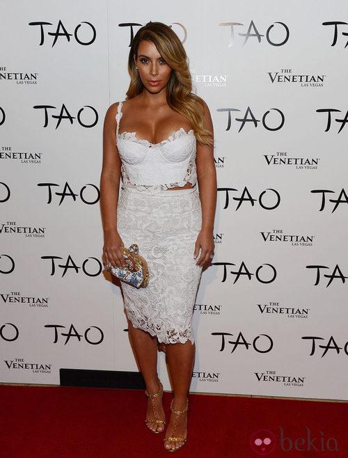 Kim Kardashian con un look de encaje blanco en su 33 cumpleaños