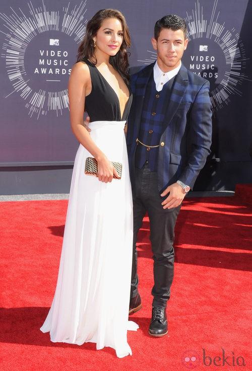 Olivia Culpo con vestido bicolor y Nick Jonas con traje en los MTV Video Music Awards 2014