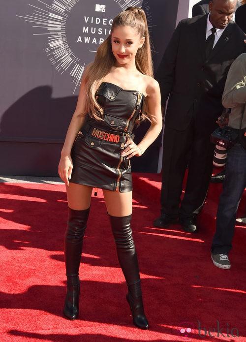 Ariana Grande apuesta por el cuero en los MTV Video Music Awards 2014