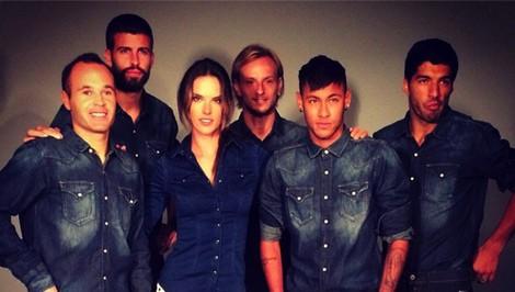 Alessandra Ambrosio rodeada de los jugadores del Barça para Replay