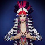Adriana Abenia con un tocado de plumas indio, posa para Barbarella