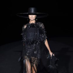 Vestido negro con plumas de Roberto Verino en Madrid Fashion Week primavera/verano 2015
