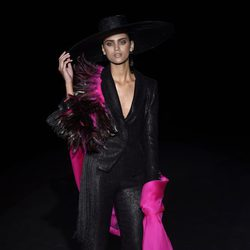 Traje negro con pañuelo fucsia de Roberto Verino en Madrid Fashion Week primavera/verano 2015