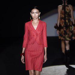 Traje de falda rojo de Roberto Verino en Madrid Fashion Week primavera/verano 2015