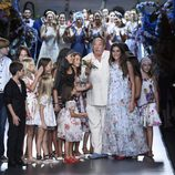 Francis Montesinos rodeado de los hijos de sus empleados en la Madrid Fashion Week primavera/verano 2015
