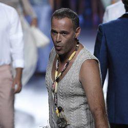 Carlos Lozano desfilando para Francis Montesinos en Madrid Fashion Week primavera/verano 2015