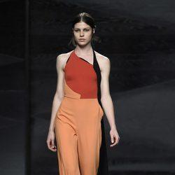 Jumpsuit en naranja, negro y rojo de Juanjo Oliva en Madrid Fashion Week primavera/verano 2015
