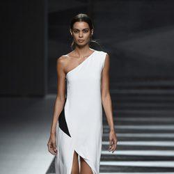 Vestido negro y blanco de Juanjo Oliva en Madrid Fashion Week primavera/verano 2015