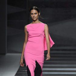 Vestido negro y fucsia de Juanjo Oliva en Madrid Fashion Week primavera/verano 2015