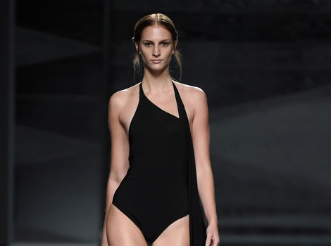 Body negro con cola de Juanjo Oliva en Madrid Fashion Week primavera/verano 2015