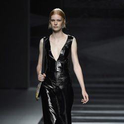 Vestido negro plastificado de Juanjo Oliva en Madrid Fashion Week primavera/verano 2015