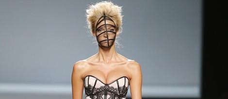 Vestido de líneas simétricas de Maya Hansen en Madrid Fashion Week primavera/verano 2015