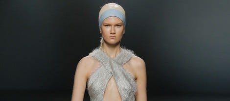 Vestido de micro-pelo de Moisés Nieto en Madrid Fashion Week primavera/verano 2015