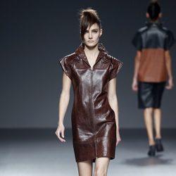 Vestido marrón de piel de primavera/verano 2015 de Etxeberría en Madrid Fashion Week