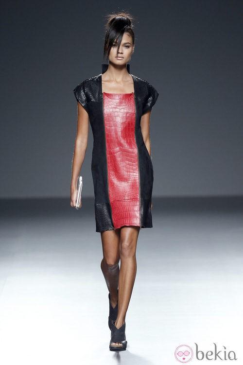 Vestido rojo y negro de piel de primavera/verano 2015 de Etxeberría en Madrid Fashion Week