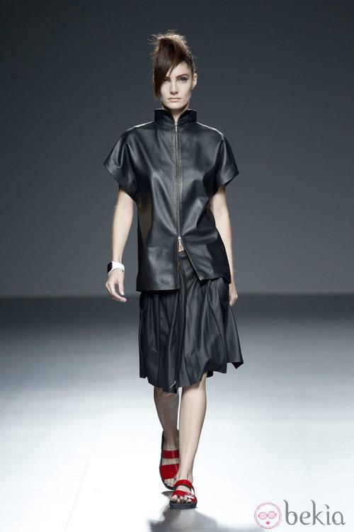 Chaqueta y falda negra de piel de primavera/verano 2015 de Etxeberría en Madrid Fashion Week