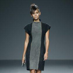 Vestido gris y negro de piel de primavera/verano 2015 de Etxeberría en Madrid Fashion Week